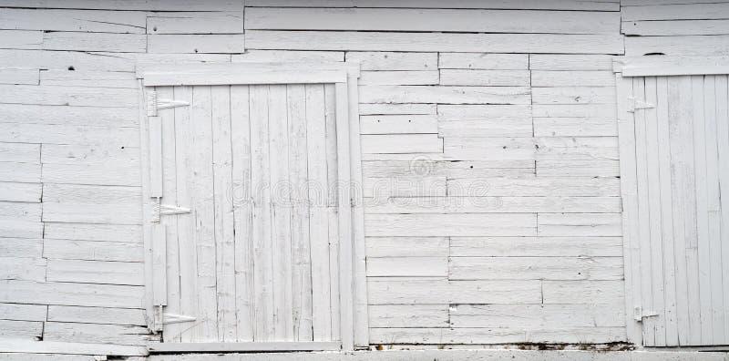 白色木墙壁老板条和木门背景纹理 库存照片