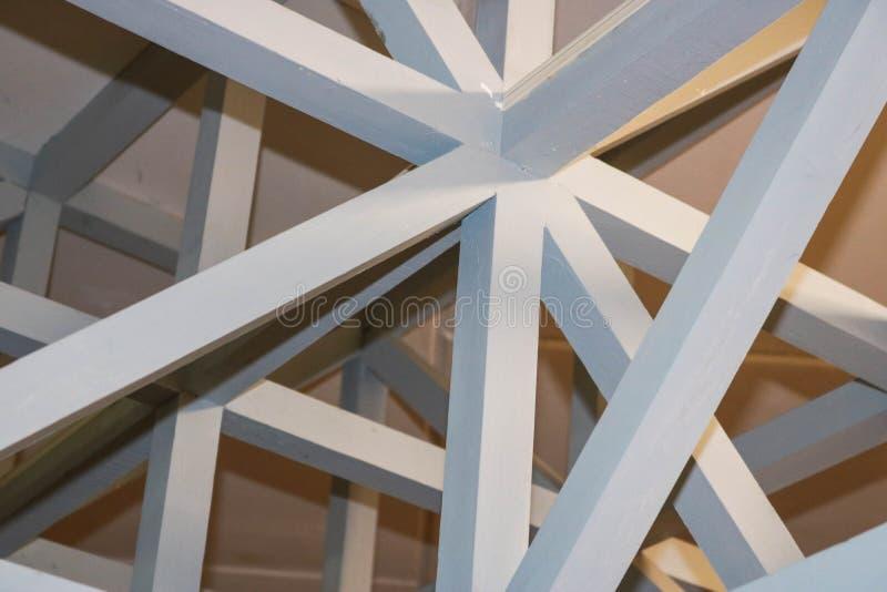 白色木强的射线、日志和天花板纹理在天花板下 抽象背景异教徒青绿 库存照片