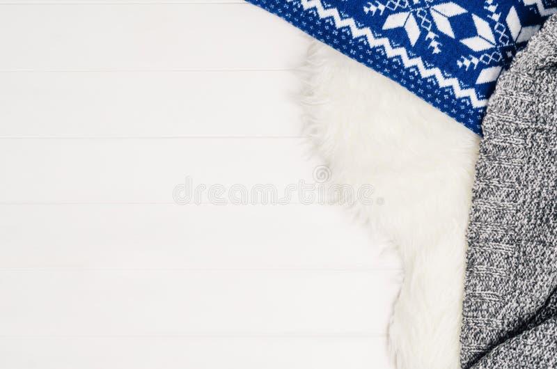 白色木板条纹理和毛皮仿造背景顶视图 免版税库存图片