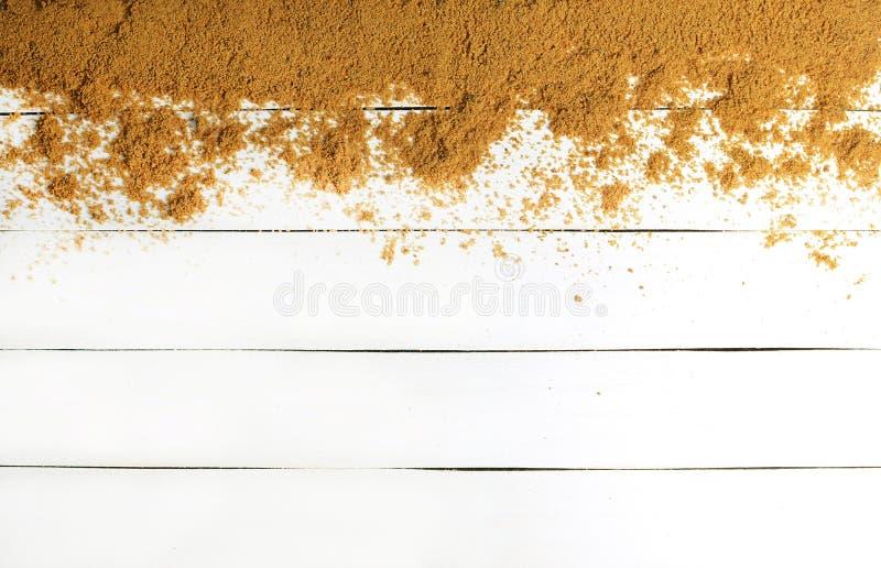 白色木表面上的沙子 木纹理 放松的概念海上 夏天海滩季节是开放的!顶视图 库存照片