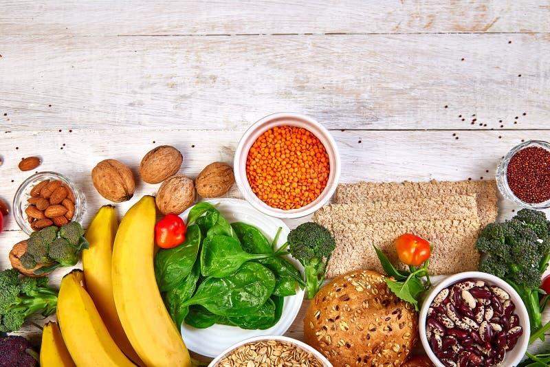 白色木质背景中的高纤食品, 免版税库存图片