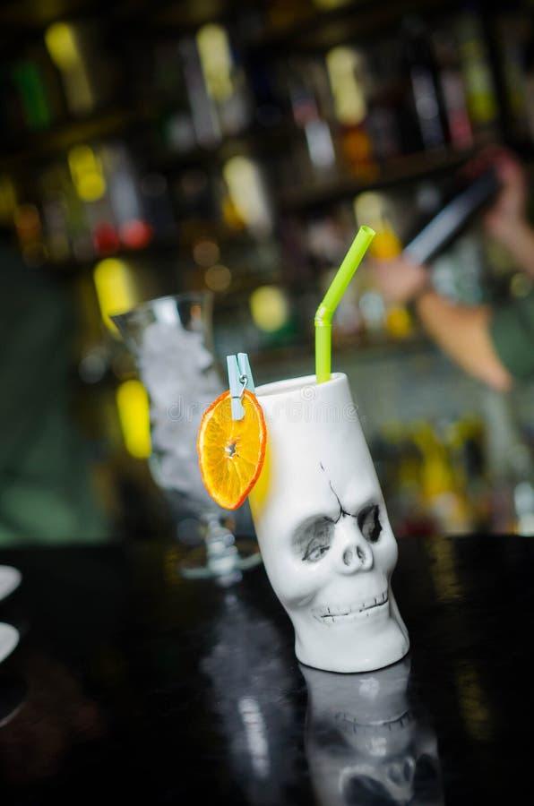 白色杯子一块人的头骨 鸡尾酒冰查出的柠檬白色 免版税库存照片