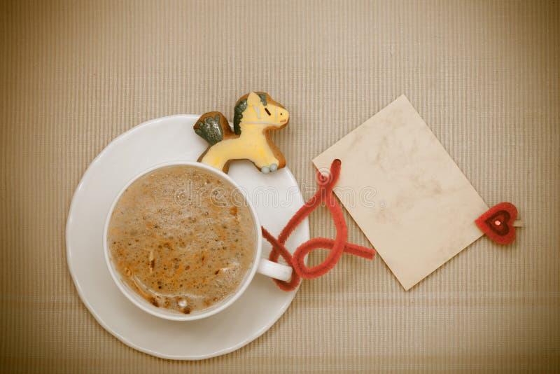 白色杯子咖啡姜饼蛋糕小马空插件。圣诞节。 库存图片