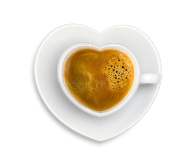 白色杯子在形状心脏用在被隔绝的板材的浓咖啡咖啡 图库摄影