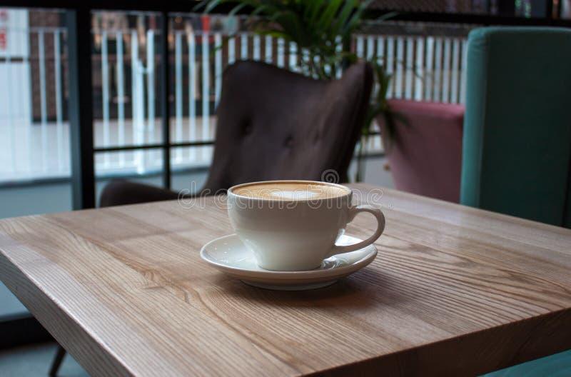 白色杯子热奶咖啡 库存照片