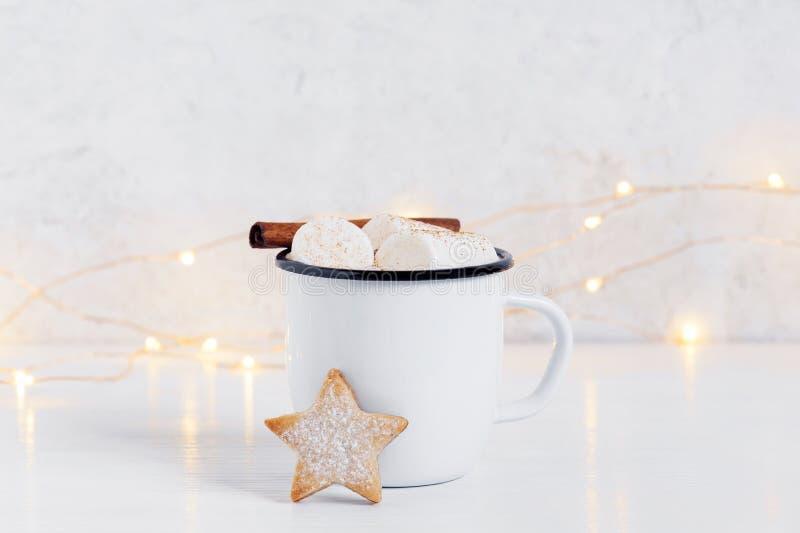 白色杯子热的可可粉用蛋白软糖和曲奇饼 库存图片