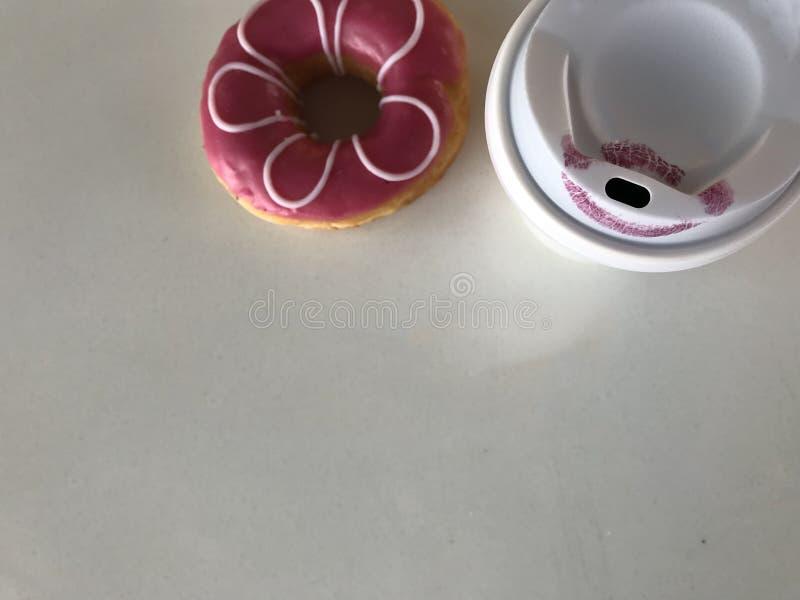 白色杯子热的咖啡和象花的桃红色多福饼在白色背景 库存照片