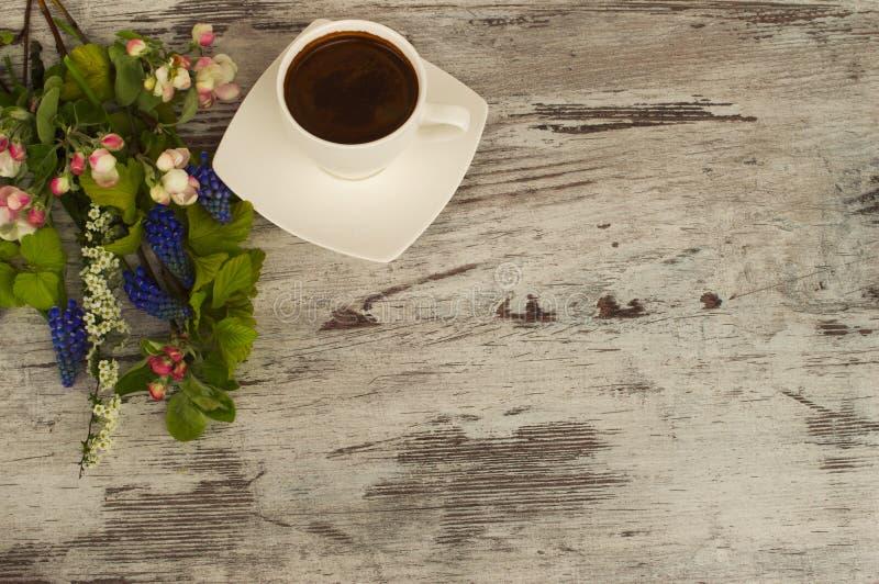 白色杯子用在木背景的咖啡 免版税库存照片