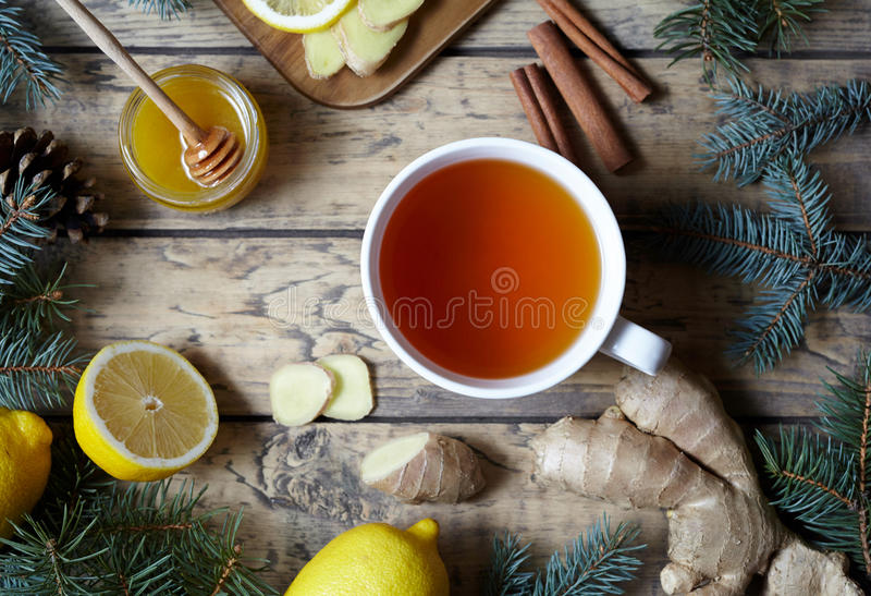 白色杯子黑自然茶用姜、柠檬和蜂蜜 健康饮料 热的冬天饮料概念 库存照片