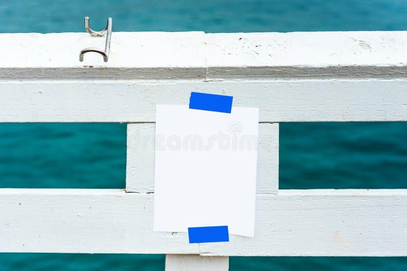 白色板料被胶合对白色木标志横线,马利布,加利福尼亚,美国 户外重点有选择性的射击 框架例证文本向量 库存图片