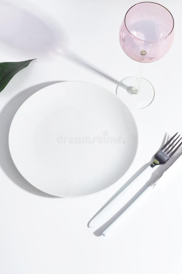 白色板材和利器在一张轻的桌上 Cretive minimalistic概念 图库摄影