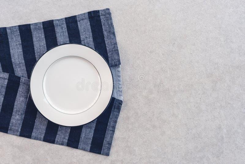白色板材和镶边桌布 库存照片