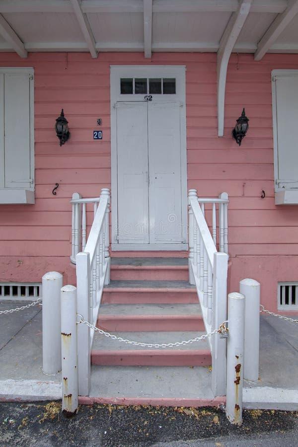 白色桃红色白色房子 免版税库存图片