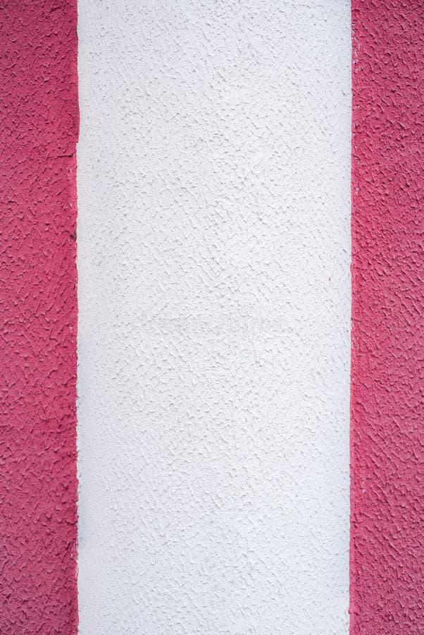 白色桃红色紫色紫色墙壁,具体背景,垂直条纹 半色小条,两色和三色纹理 库存图片