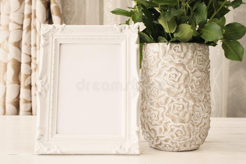 白色框架嘲笑上升,数字式大模型,显示大模型,海被称呼的储蓄摄影大模型,五颜六色的桌面嘲笑  土气花瓶w 免版税库存图片