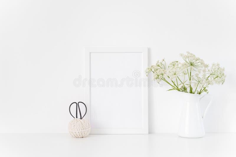 白色框架嘲笑与在水罐的腱 促进的,设计大模型 模板为,生活方式博客作者,社会媒介 免版税库存照片