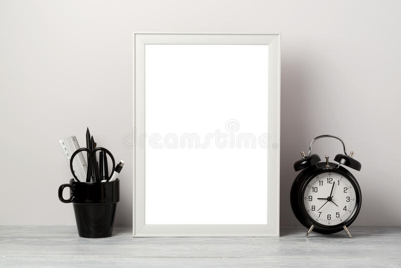 白色框架嘲笑与铅笔和闹钟 现代时髦的内部背景 免版税图库摄影
