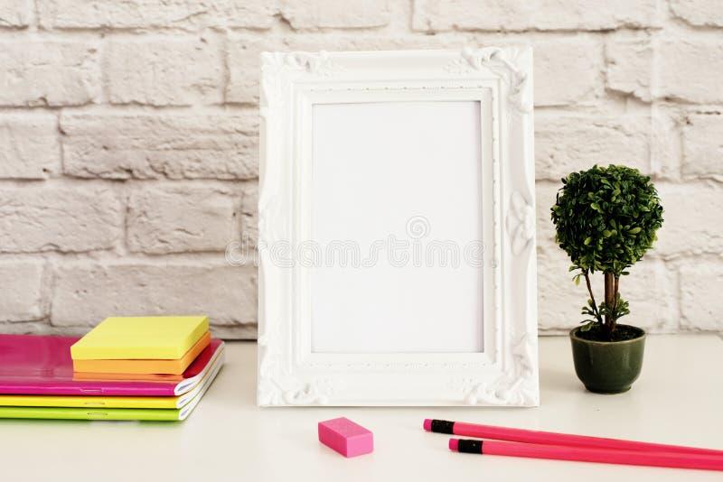 白色框架嘲笑,数字式大模型,显示大模型,称呼了储蓄摄影大模型,五颜六色的桌面嘲笑  免版税库存图片