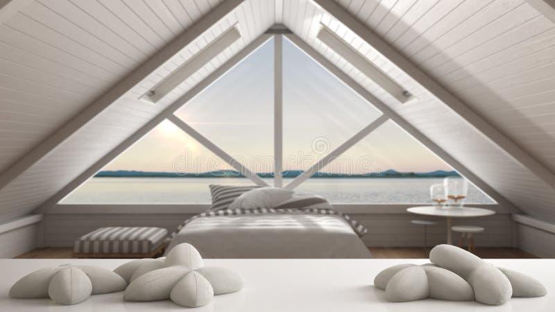 白色桌、书桌或者架子与五个软的白色枕头以星或花的形式,在被弄脏的浪漫卧室有海的p 免版税库存照片