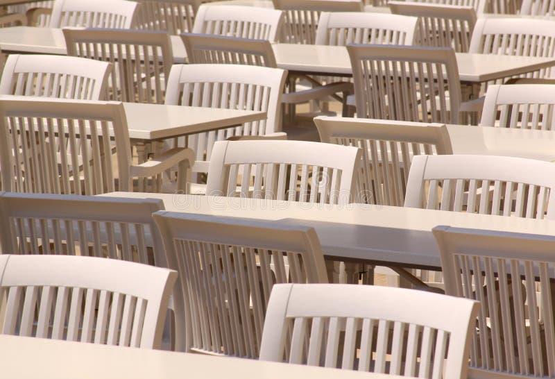 白色桌和椅子在餐馆大阳台 库存照片