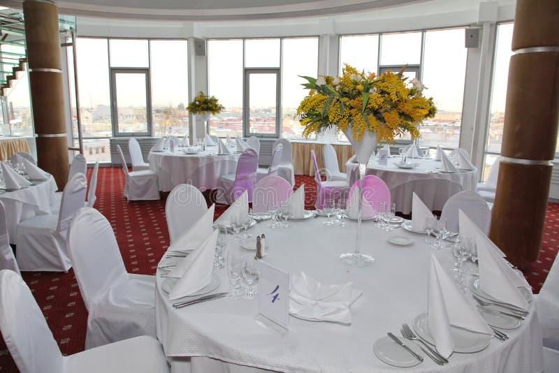 白色桌,服务对礼仪宴会 餐巾冰山 图库摄影