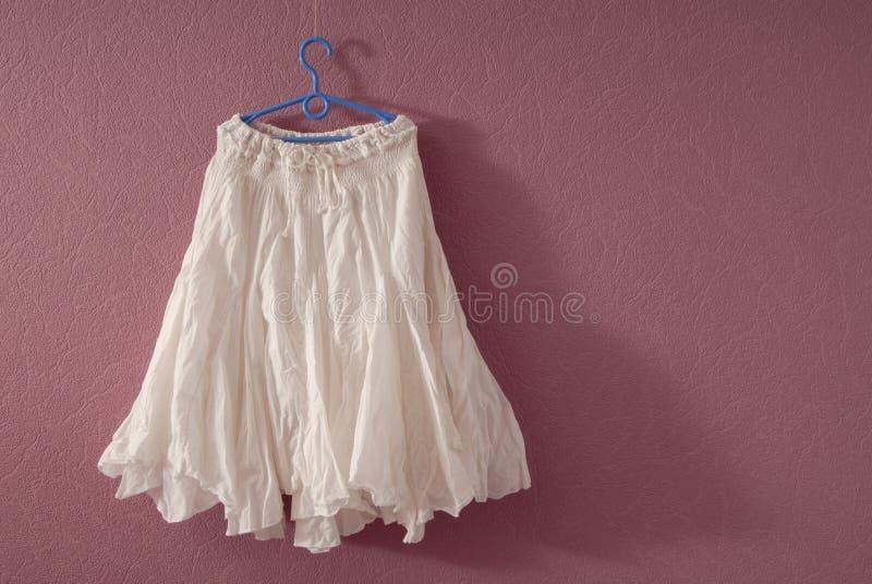 白色棉花飘动了裙子 库存照片