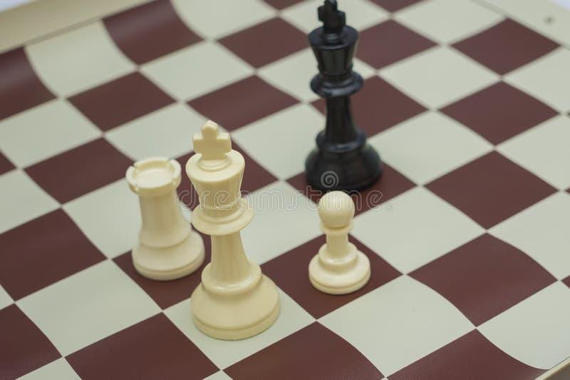 白色棋形象富挑战性黑人国王 免版税库存照片