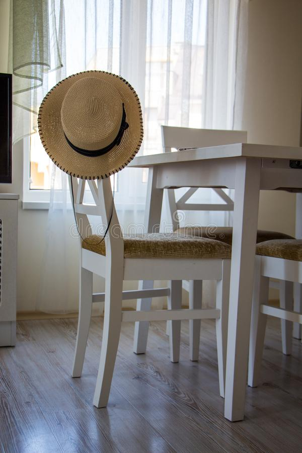 白色椅子和桌在屋子的内部 免版税库存图片