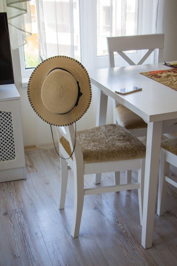 白色椅子和桌在屋子的内部 免版税库存照片