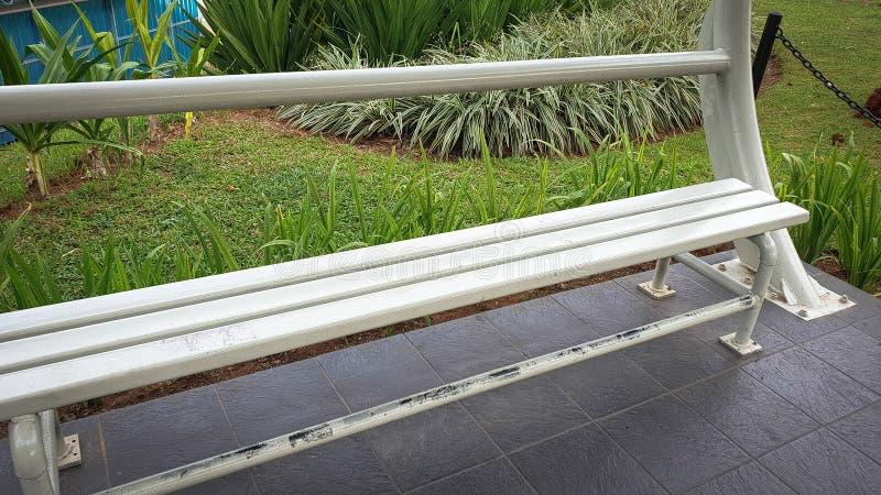 白色椅子在公园 图库摄影