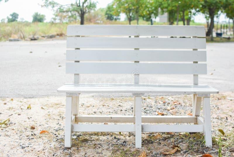 白色椅子在公园 免版税图库摄影
