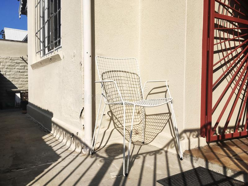 白色椅子房子外 免版税图库摄影