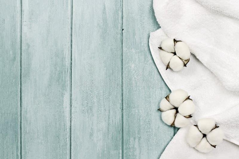 白色毛巾和棉花花 免版税库存照片