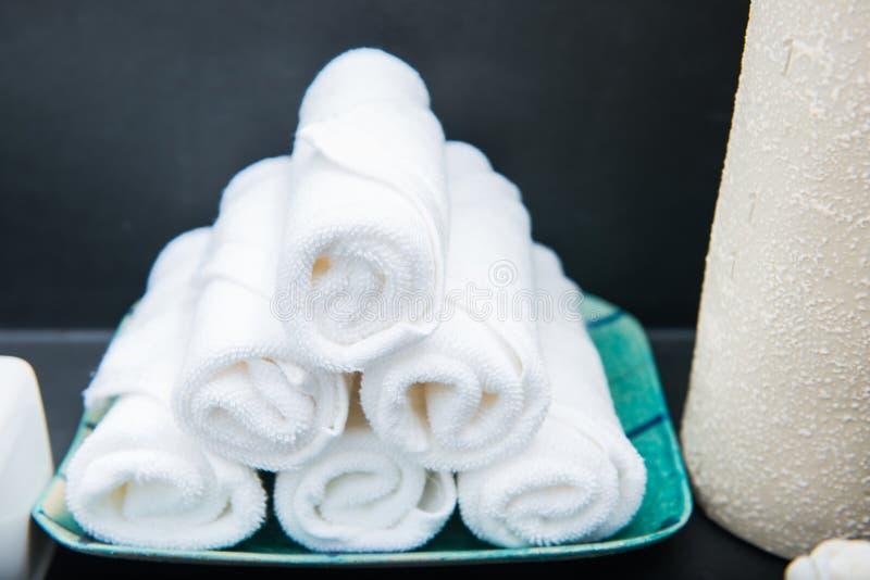 白色毛巾在卫生间里 库存图片