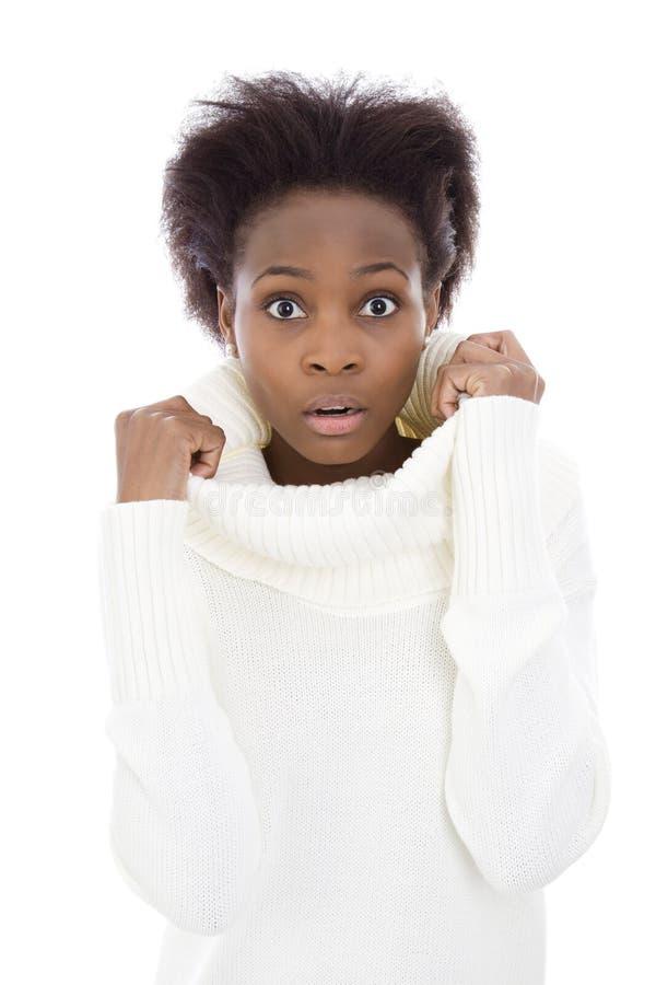 白色毛线衣的害怕的和震惊非裔美国人的黑人妇女 免版税库存图片