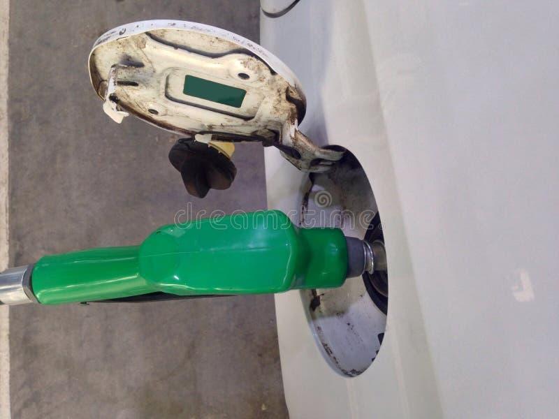 白色汽车增加燃料在长的旅行的加油站 免版税库存照片