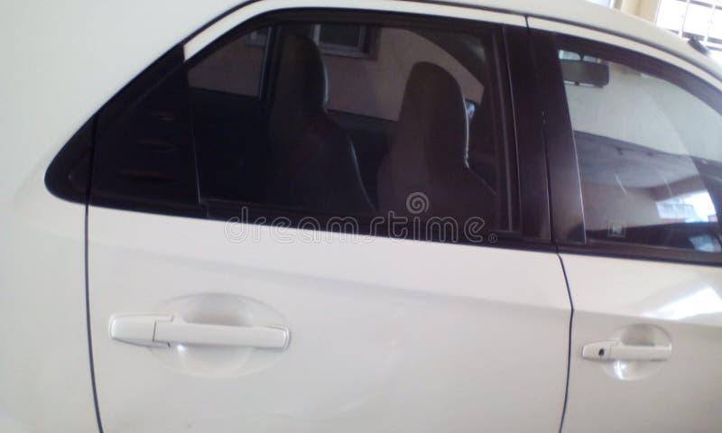 白色汽车我如此喜欢马赫对tralvel很愉快 免版税图库摄影