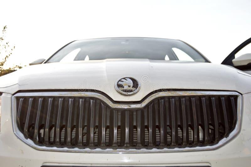 白色汽车斯柯达Chrome商标 免版税图库摄影