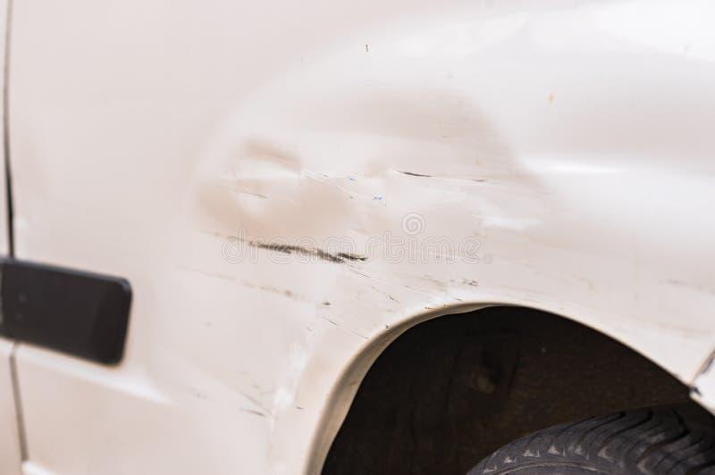 白色汽车防御者损伤、抓痕和凹痕在崩溃以后的 图库摄影