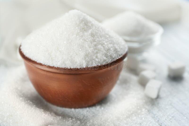 白色沙子和块糖与碗 免版税库存照片