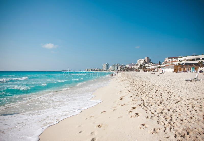 白色沙子海滩加勒比海在坎昆墨西哥 免版税图库摄影