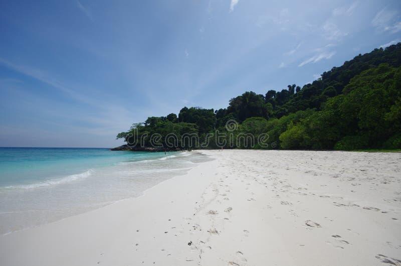 白色沙子海滩和蓝天 免版税库存图片
