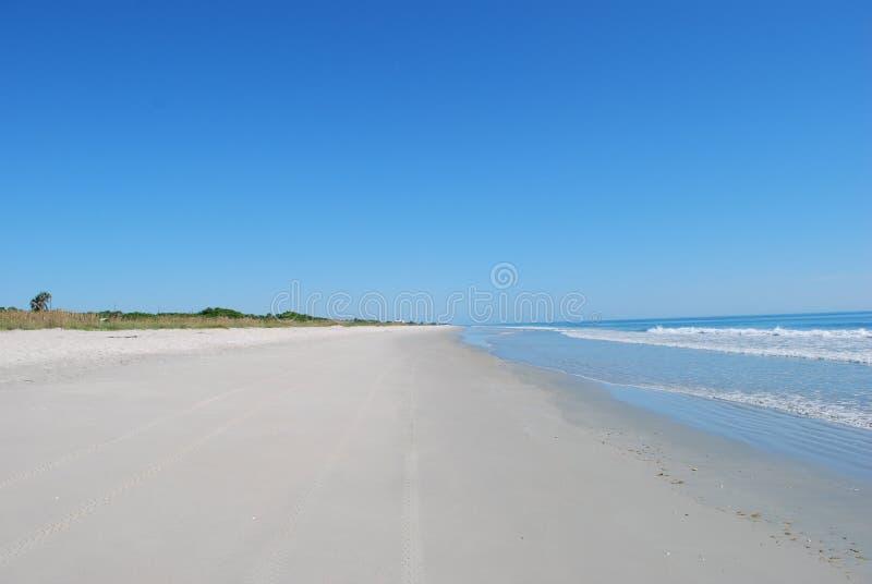 白色沙子海洋岸海滩、大海和蓝天没有云彩 图库摄影