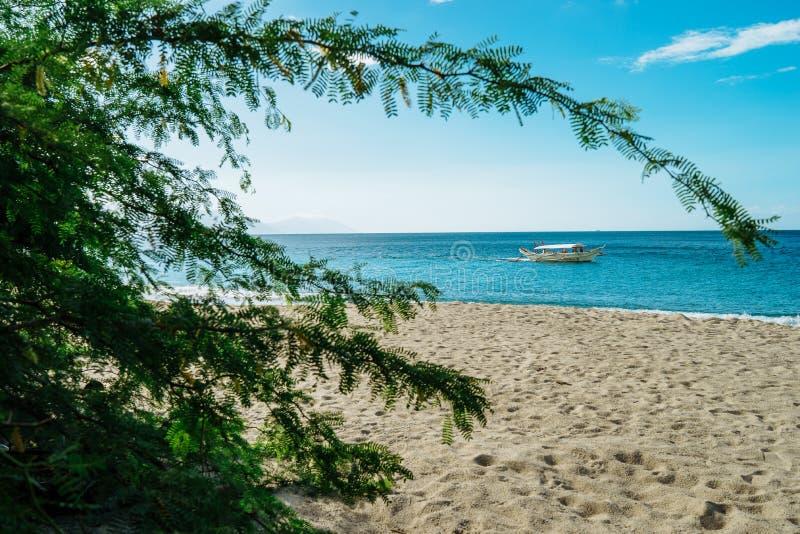 白色沙滩和原始海Puerto的加莱拉角,明多罗,菲律宾 图库摄影