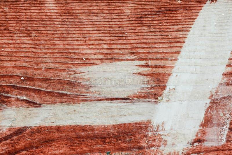 白色油漆污迹在老棕色木头的 背景 与自然样式的老木纹理 免版税库存照片