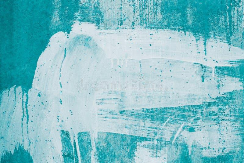 白色油漆滴水在绿松石墙壁上的 被绘的肮脏的混凝土墙 在白涂料,灰泥,涂灰泥,stai的被抹上的绿色墙壁 免版税库存图片