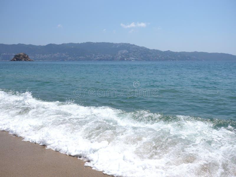 白色波浪风景在阿卡普尔科市海湾的墨西哥和太平洋风景的 免版税库存图片