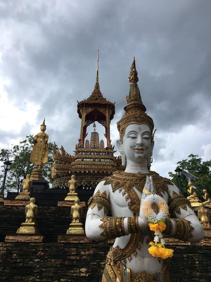 白色泰国古老天使雕象 免版税库存图片