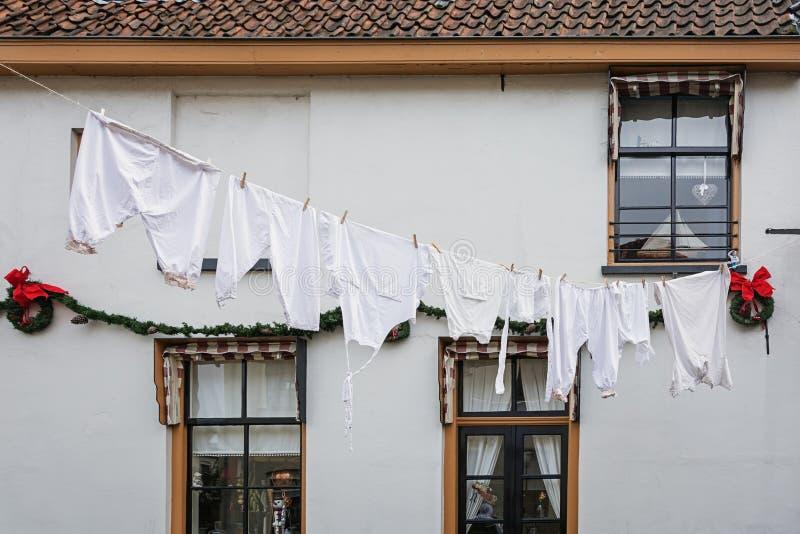 白色洗衣店附有在街道上的一条洗衣店线 免版税图库摄影
