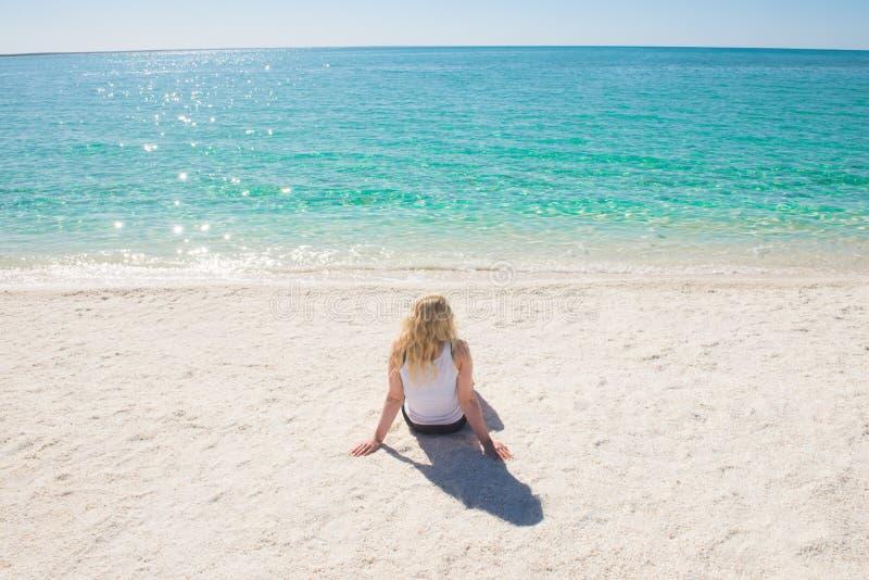 白色海滩天堂的澳大利亚白肤金发的妇女 免版税库存照片